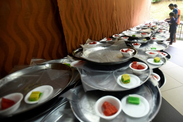 Volunteers prepare food for iftar on the first day of the holy fasting month of Ramadan at the Darul Makmur Mosque in Singapore May 17, 2018. REUTERS/Feline Lim