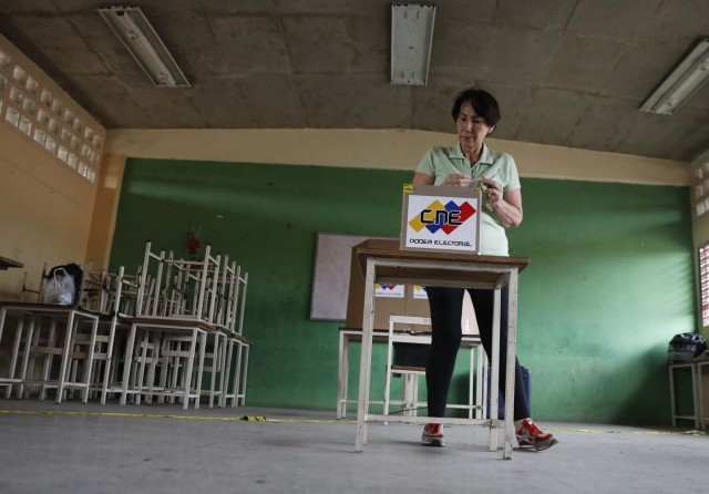 A Venezuelan citizen casts her vote at a polling station during the presidential election in Barquisimeto, Venezuela, May 20, 2018. REUTERS/Carlos Jasso