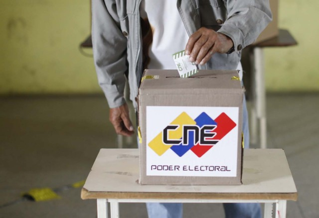 A Venezuelan citizen casts his vote at a polling station during the presidential election in Barquisimeto, Venezuela, May 20, 2018. REUTERS/Carlos Jasso