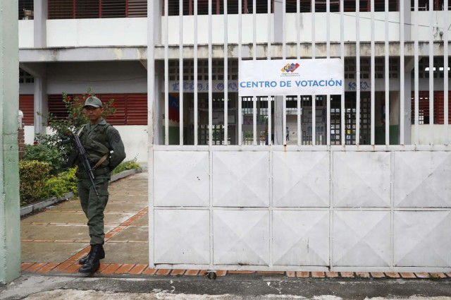 A Venezuelan soldier stands guard at a polling station during the presidential election in Barquisimeto, Venezuela, May 20, 2018. REUTERS/Carlos Jasso