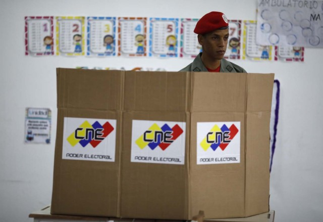 A Venezuelan soldier casts his vote at a polling station during the presidential election in Caracas, Venezuela, May 20, 2018. REUTERS/Carlos Garcia Rawlins