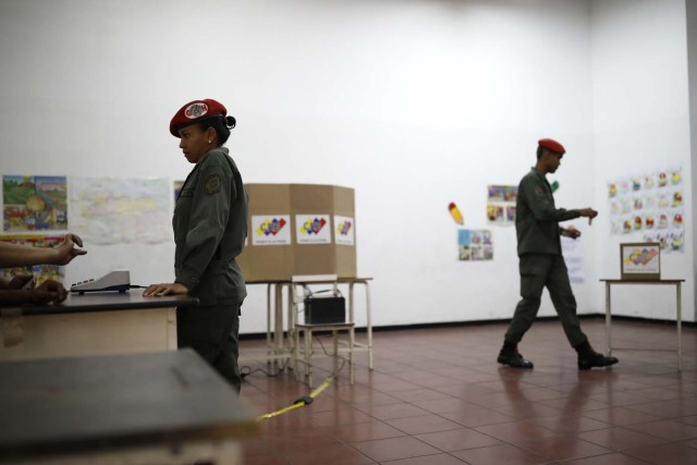 Venezuelan soldiers vote at a polling station during the presidential election in Caracas, Venezuela, May 20, 2018. REUTERS/Carlos Garcia Rawlins