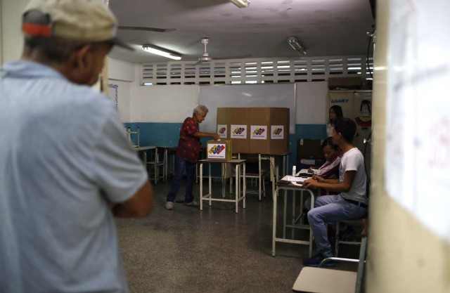 A Venezuelan citizen casts a vote at a polling station during the presidential election in Caracas, Venezuela, May 20, 2018. REUTERS/Adriana Loureiro