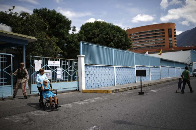 Voters depart a polling during the presidential election in Caracas, Venezuela, May 20, 2018. REUTERS/Carlos Garcia Rawlins