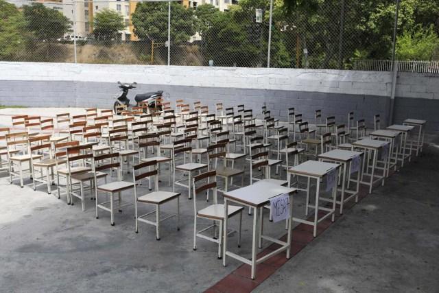 Una mesa de votación permanece vacía durante las elecciones presidenciales en Caracas, Venezuela, el 20 de mayo de 2018. REUTERS / Marco Bello