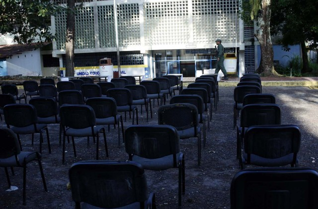 A soldier stands guard at an empty polling station during the presidential election in San Cristobal, Venezuela, May 20, 2018. REUTERS/Carlos Eduardo Ramirez