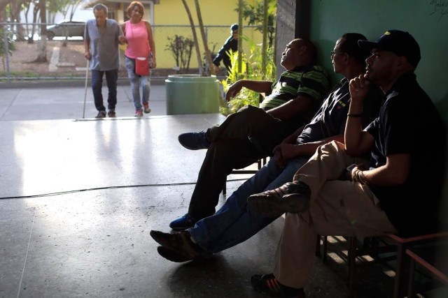 Venezuelans wait to vote at a polling station during the presidential election in Caracas, Venezuela, May 20, 2018. REUTERS/Marco Bello