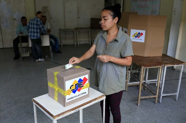 A Venezuelan casts her vote at a polling station during the presidential election in Caracas, Venezuela, May 20, 2018. REUTERS/Marco Bello