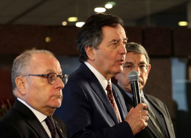 El ministro de Relaciones Exteriores de Chile, Roberto Ampuero, habla junto a su colega argentino Jorge Faurie y el representante de Canáda en el G20, Jonathan Fried, durante una rueda de prensa en Buenos Aires. 21 de mayo 2018. REUTERS/Marcos Brindicci