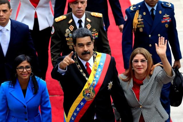 El presidente de Venezuela, Nicolás Maduro, flanqueado por su esposa Cilia Flores y la presidenta de la Asamblea Nacional Constituyente, Delcy Rodríguez, llega a una sesión especial de la Asamblea Nacional Constituyente para prestar juramento como presidente reelegido en el Palacio Federal Legislativo en Caracas, Venezuela 24 de mayo de 2018 . REUTERS / Marco Bello