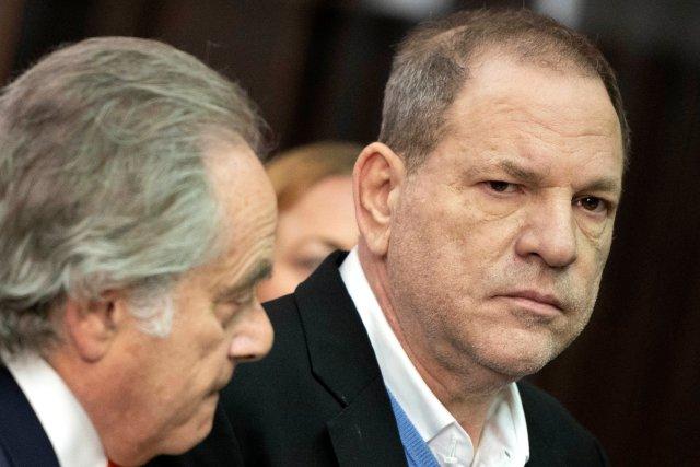 El productor cinematográfico Harvey Weinstein (R) se encuentra con su abogado Benjamin Brafman (L) dentro del Tribunal Penal de Manhattan durante su comparecencia en Manhattan en Nueva York, EE.UU., el 25 de mayo de 2018. Steven Hirsch / Pool vía REUTERS