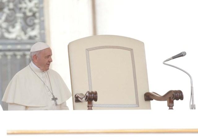 El Papa Francisco llega para dirigir la audiencia general del miércoles en la plaza de San Pedro en el Vaticano, el 30 de mayo de 2018. REUTERS / Max Rossi