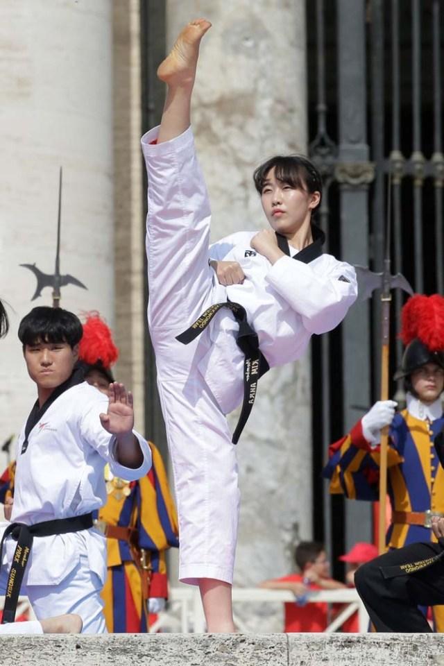 Los atletas de Taekwondo de Corea se presentan para el Papa Francisco durante la audiencia general del miércoles en la plaza de San Pedro en el Vaticano, el 30 de mayo de 2018. REUTERS / Max Rossi