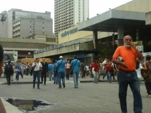 ¿Una idea MILLONARIA? En Chacaíto cobran 50 bolívares por dar direcciones a las afueras del Metro (LA IMAGEN)