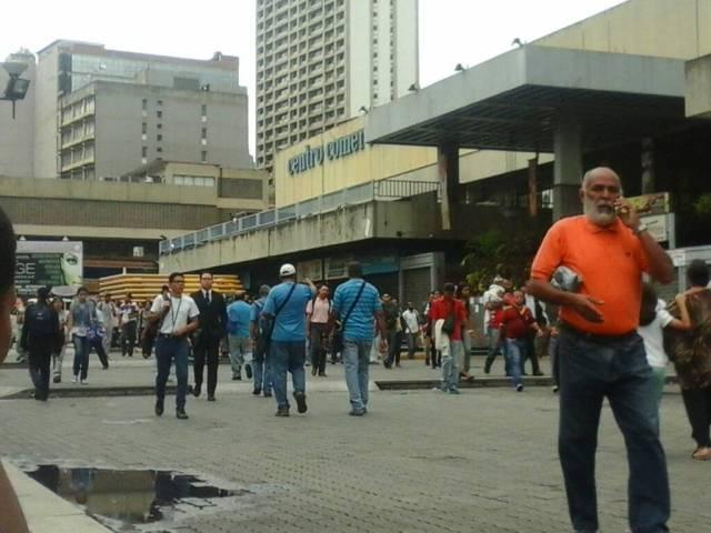 Debido al cierre de la estación de Chacaíto, ciudadanos decidieron caminar hacia este y oeste de la capital a pie | Foto: Juan Peraza