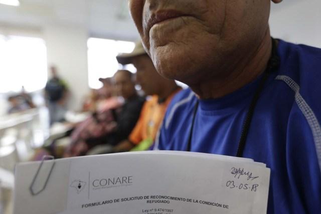 """BRA100. BOA VISTA (BRASIL), 03/05/2018 - Venezolanos son registrados en la Superintendencia de la Policía Federal para tener derecho a residencia y empleos hoy, jueves 3 de mayo de 2018, en el refugio mantenido por el alto comisionado de las Naciones Unidas para los refugiados, en la ciudad de Boa Vista, capital del estado de Roraima (Brasil). Unos 6.000 venezolanos están en una situación de """"vulnerabilidad"""" en Boa Vista, punto de llegada para muchos de los que huyen de la crisis en ese país caribeño, informaron hoy fuentes oficiales. EFE/Joédson Alves"""