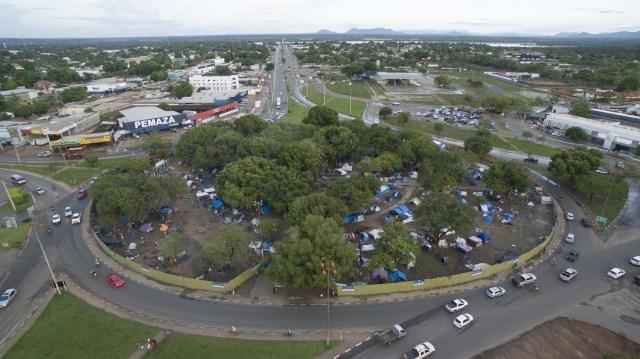 """BRA108. BOA VISTA (BRASIL), 03/05/2018 - Refugiados venezolanos en la plaza Simón Bolívar hoy, jueves 3 de mayo de 2018, en la ciudad de Boa Vista, capital del estado de Roraima (Brasil). Unos 6.000 venezolanos están en una situación de """"vulnerabilidad"""" en Boa Vista, punto de llegada para muchos de los que huyen de la crisis en ese país caribeño, informaron hoy fuentes oficiales. EFE/Joédson Alves"""
