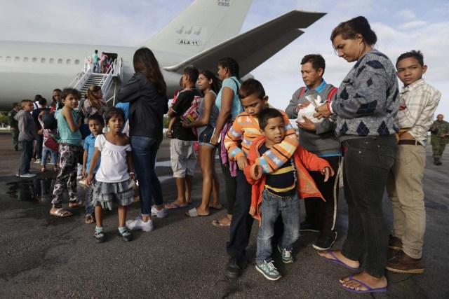BSL04. BOA VISTA (BRASIL), 04/05/2018.- Venezolanos esperan para ingresar a un avión en el aeropuerto de Boa Vista (Brasil) hoy, viernes 4 de mayo de 2018. Las autoridades brasileñas trasladaron desde Boa Vista, el principal punto de acogida de la inmigración venezolana, a 233 ciudadanos de esa nación caribeña que han decidido intentar rehacer sus vidas en Sao Paulo y Manaus. Todos partieron en el mismo avión de la Fuerza Aérea Brasileña y 164 desembarcarían en la primera escala, en la amazónica Manaus, en tanto que los otros 69 seguirían viaje hasta Sao Paulo, la ciudad más poblada del país, donde esperan dejar definitivamente atrás la crisis económica, social y política en que se ha hundido Venezuela. EFE/Joédson Alves