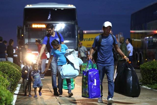 BSL06. BOA VISTA (BRASIL), 04/05/2018.- Venezolanos llegan al aeropuerto de Boa Vista (Brasil) hoy, viernes 4 de mayo de 2018. Las autoridades brasileñas trasladaron desde Boa Vista, el principal punto de acogida de la inmigración venezolana, a 233 ciudadanos de esa nación caribeña que han decidido intentar rehacer sus vidas en Sao Paulo y Manaus. Todos partieron en el mismo avión de la Fuerza Aérea Brasileña y 164 desembarcarían en la primera escala, en la amazónica Manaus, en tanto que los otros 69 seguirían viaje hasta Sao Paulo, la ciudad más poblada del país, donde esperan dejar definitivamente atrás la crisis económica, social y política en que se ha hundido Venezuela. EFE/Joédson Alves