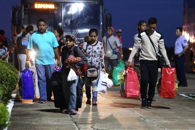BSL07. BOA VISTA (BRASIL), 04/05/2018.- Venezolanos llegan al aeropuerto de Boa Vista (Brasil) hoy, viernes 4 de mayo de 2018. Las autoridades brasileñas trasladaron desde Boa Vista, el principal punto de acogida de la inmigración venezolana, a 233 ciudadanos de esa nación caribeña que han decidido intentar rehacer sus vidas en Sao Paulo y Manaus. Todos partieron en el mismo avión de la Fuerza Aérea Brasileña y 164 desembarcarían en la primera escala, en la amazónica Manaus, en tanto que los otros 69 seguirían viaje hasta Sao Paulo, la ciudad más poblada del país, donde esperan dejar definitivamente atrás la crisis económica, social y política en que se ha hundido Venezuela. EFE/Joédson Alves