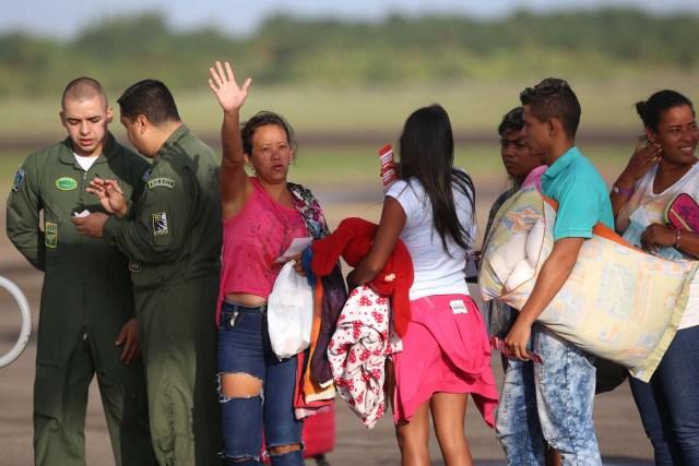 BSL09. BOA VISTA (BRASIL), 04/05/2018.- Venezolanos llegan al aeropuerto de Boa Vista (Brasil) hoy, viernes 4 de mayo de 2018. Las autoridades brasileñas trasladaron desde Boa Vista, el principal punto de acogida de la inmigración venezolana, a 233 ciudadanos de esa nación caribeña que han decidido intentar rehacer sus vidas en Sao Paulo y Manaus. Todos partieron en el mismo avión de la Fuerza Aérea Brasileña y 164 desembarcarían en la primera escala, en la amazónica Manaus, en tanto que los otros 69 seguirían viaje hasta Sao Paulo, la ciudad más poblada del país, donde esperan dejar definitivamente atrás la crisis económica, social y política en que se ha hundido Venezuela. EFE/Joédson Alves