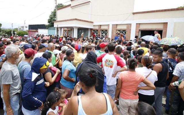 CUC14. CÚCUTA (COLOMBIA), 04/05/2018.- Un grupo de venezolanos hace fila para recibir asistencia alimentaria en Cúcuta (Colombia) este 3 de mayo de 2018. Bajo el sol intenso de la ciudad colombiana de Cúcuta, cientos de familias venezolanas que huyeron de su país por la crisis económica y política hacen fila para reclamar los bonos alimentarios que entrega el Programa Mundial de Alimentos (PMA) de la ONU en las zonas de frontera. El proyecto que comenzó este lunes en Cúcuta, capital de Norte de Santander, surge como la primera gran respuesta de la comunidad internacional al delicado estado alimentario del 90 % de los cerca de 35.000 venezolanos que cruzan a diario las fronteras con Colombia en busca de oportunidades. EFE/SCHNEYDER MENDOZA