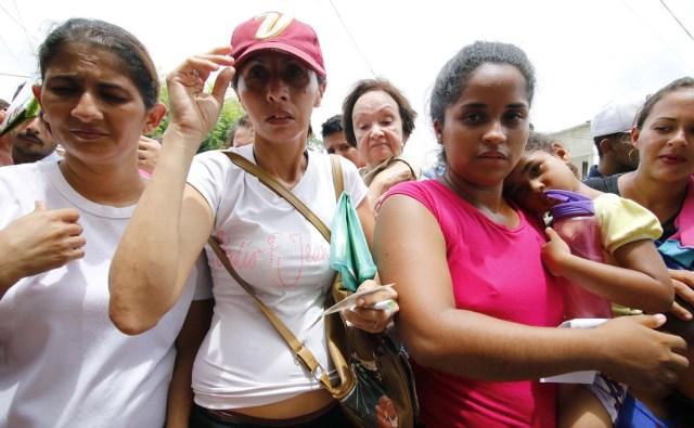 CUC13. CÚCUTA (COLOMBIA), 04/05/2018.- Un grupo de venezolanos hace fila para recibir asistencia alimentaria en Cúcuta (Colombia) este 3 de mayo de 2018. Bajo el sol intenso de la ciudad colombiana de Cúcuta, cientos de familias venezolanas que huyeron de su país por la crisis económica y política hacen fila para reclamar los bonos alimentarios que entrega el Programa Mundial de Alimentos (PMA) de la ONU en las zonas de frontera. El proyecto que comenzó este lunes en Cúcuta, capital de Norte de Santander, surge como la primera gran respuesta de la comunidad internacional al delicado estado alimentario del 90 % de los cerca de 35.000 venezolanos que cruzan a diario las fronteras con Colombia en busca de oportunidades. EFE/SCHNEYDER MENDOZA