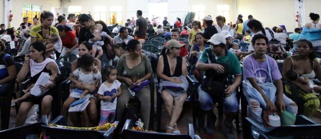 CUC11. CÚCUTA (COLOMBIA), 04/05/2018.- Un grupo de venezolanos espera para recibir asistencia en Cúcuta (Colombia) este 3 de mayo de 2018. Bajo el sol intenso de la ciudad colombiana de Cúcuta, cientos de familias venezolanas que huyeron de su país por la crisis económica y política hacen fila para reclamar los bonos alimentarios que entrega el Programa Mundial de Alimentos (PMA) de la ONU en las zonas de frontera. El proyecto que comenzó este lunes en Cúcuta, capital de Norte de Santander, surge como la primera gran respuesta de la comunidad internacional al delicado estado alimentario del 90 % de los cerca de 35.000 venezolanos que cruzan a diario las fronteras con Colombia en busca de oportunidades. EFE/SCHNEYDER MENDOZA