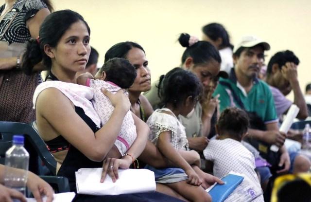 CUC08. CÚCUTA (COLOMBIA), 04/05/2018.- Un grupo de venezolanos espera para recibir asistencia en Cúcuta (Colombia) este 3 de mayo de 2018. Bajo el sol intenso de la ciudad colombiana de Cúcuta, cientos de familias venezolanas que huyeron de su país por la crisis económica y política hacen fila para reclamar los bonos alimentarios que entrega el Programa Mundial de Alimentos (PMA) de la ONU en las zonas de frontera. El proyecto que comenzó este lunes en Cúcuta, capital de Norte de Santander, surge como la primera gran respuesta de la comunidad internacional al delicado estado alimentario del 90 % de los cerca de 35.000 venezolanos que cruzan a diario las fronteras con Colombia en busca de oportunidades. EFE/SCHNEYDER MENDOZA