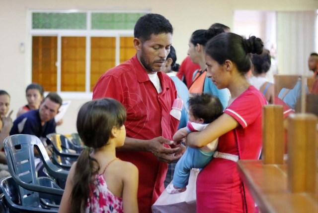 CUC03. CÚCUTA (COLOMBIA), 04/05/2018.- Un grupo de venezolanos hace fila para recibir asistencia alimentaria en Cúcuta (Colombia) este 3 de mayo de 2018. Bajo el sol intenso de la ciudad colombiana de Cúcuta, cientos de familias venezolanas que huyeron de su país por la crisis económica y política hacen fila para reclamar los bonos alimentarios que entrega el Programa Mundial de Alimentos (PMA) de la ONU en las zonas de frontera. El proyecto que comenzó este lunes en Cúcuta, capital de Norte de Santander, surge como la primera gran respuesta de la comunidad internacional al delicado estado alimentario del 90 % de los cerca de 35.000 venezolanos que cruzan a diario las fronteras con Colombia en busca de oportunidades. EFE/SCHNEYDER MENDOZA