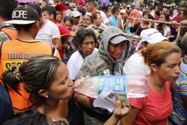 CUC02. CÚCUTA (COLOMBIA), 04/05/2018.- Un grupo de venezolanos hace fila para recibir asistencia alimentaria en Cúcuta (Colombia) este 3 de mayo de 2018. Bajo el sol intenso de la ciudad colombiana de Cúcuta, cientos de familias venezolanas que huyeron de su país por la crisis económica y política hacen fila para reclamar los bonos alimentarios que entrega el Programa Mundial de Alimentos (PMA) de la ONU en las zonas de frontera. El proyecto que comenzó este lunes en Cúcuta, capital de Norte de Santander, surge como la primera gran respuesta de la comunidad internacional al delicado estado alimentario del 90 % de los cerca de 35.000 venezolanos que cruzan a diario las fronteras con Colombia en busca de oportunidades. EFE/SCHNEYDER MENDOZA