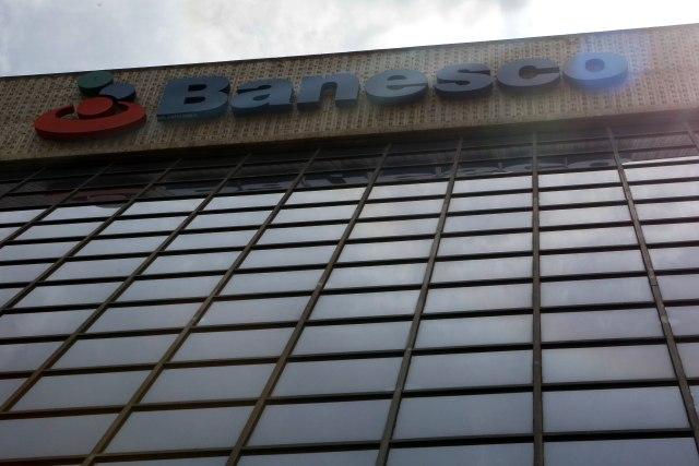 """CCS08. CARACAS (VENEZUELA), 04/05/2018.- Vista general de una sede del banco Banesco hoy, viernes 4 de mayo de 2018, en Caracas (Venezuela). El presidente de Banesco Internacional, Juan Carlos Escotet, dijo hoy que la intervención administrativa del banco en Venezuela por 90 días """"no es un proceso de estatización"""" por lo que los accionistas siguen siendo los propietarios de la entidad financiera. Más temprano Escotet dijo que la intervención de Banesco Banco Universal por parte del Gobierno de Venezuela es una decisión """"exclusivamente política"""" que busca, a su juicio, """"distraer"""" a la opinión pública de las """"tragedias"""" que viven los venezolanos. EFE/Cristian Hernández"""