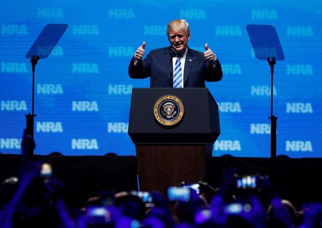 LWS103. DALLAS (ESTADOS UNIDOS), 04/05/2018.- El presidente de Estados Unidos, Donald Trump, pronuncia un discurso durante la reunión anual de la Asociación Nacional del Rifle, en Dallas, Texas, Estados Unidos, hoy, 4 de mayo de 2018. El presidente de Estados Unidos, Donald Trump, participa hoy en Texas en la reunión anual de la Asociación Nacional del Rifle (NRA), que congrega a miles de personas, mientras otras tantas se manifiestan contra las armas. EFE/ Larry W. Smith