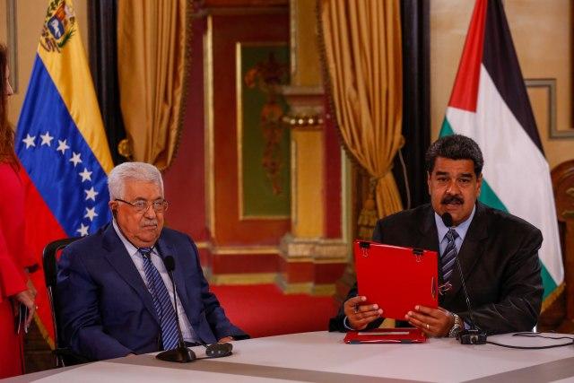 """CAR28. CARACAS (VENEZUELA), 07/05/2018.- El presidente de Venezuela, Nicolás Maduro (d), dirige un encuentro con el presidente de la Autoridad Palestina, Mahmud Abás (i), hoy, lunes 7 de mayo de 2018, durante un encuentro, en Caracas (Venezuela). Venezuela y Palestina firmaron hoy acuerdos en materia turística y de minería y acordaron incorporar el petro, la criptomoneda que lanzó recientemente el presidente venezolano, Nicolás Maduro, como divisa de intercambio entre los dos países. """"Hemos firmado nuevos convenios de cooperación en el área de la cooperación industrial, turística"""", declaró Maduro durante el anuncio en Caracas en el que estuvo acompañado de su homólogo palestino, Mahmud Abás, quien arribó hoy a Venezuela. EFE/Cristian Hernández"""