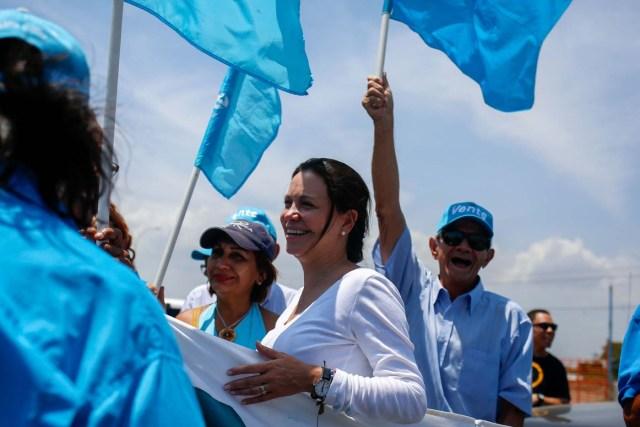 ACOMPAÑA CRÓNICA: VENEZUELA ELECCIONES CAR210. MATURÍN (VENEZUELA), 13/05/2018.- Fotografía del 10 de mayo de 2018 de la dirigente opositora María Corina Machado (c) durante un mitin político en Maturín, estado Monagas (noreste de Venezuela). Mientras una atípica campaña presidencial se acerca a su cénit en Venezuela otro mensaje no electoral franquea el país petrolero por estos días: el de la renuncia forzada del jefe del Estado y candidato a la reelección este 20 de mayo, Nicolás Maduro. EFE/Cristian Hernández