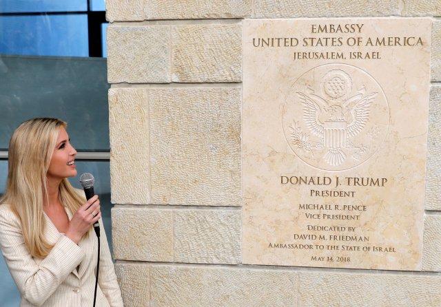"""EPA9630. JERUSALÉN (ISRAEL), 05/14/2018.- La asesora presidencial estadounidense Ivanka Trump participa en la ceremonia de inauguración de la embajada estadounidense en Arnona, Jerusalén, Israel, el 14 de mayo del 2018. """"Hoy abrimos la embajada de los Estados Unidos en Jerusalén, Israel"""", dijo el embajador frente al presidente israelí, Reuvén Rivlin, el primer ministro, Benjamín Netanyahu, y EFE/Abir Sultan"""