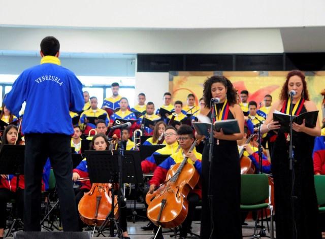 """GRAF7280. VIENA, 14/05/2018.- Un centenar de jóvenes miembros de """"El Sistema"""" de orquestas y coros juveniles e infantiles de Venezuela actuaron hoy por primera vez en Naciones Unidas en Viena, un paso más para lograr que el organismo internacional reconozca su labor. EFE/Iera Herranz"""