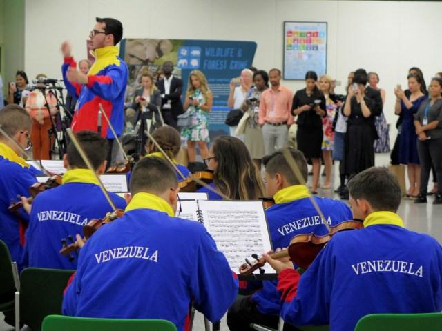"""GRAF7278. VIENA, 14/05/2018.- Un centenar de jóvenes miembros de """"El Sistema"""" de orquestas y coros juveniles e infantiles de Venezuela actuaron hoy por primera vez en Naciones Unidas en Viena, un paso más para lograr que el organismo internacional reconozca su labor. EFE/Iera Herranz"""
