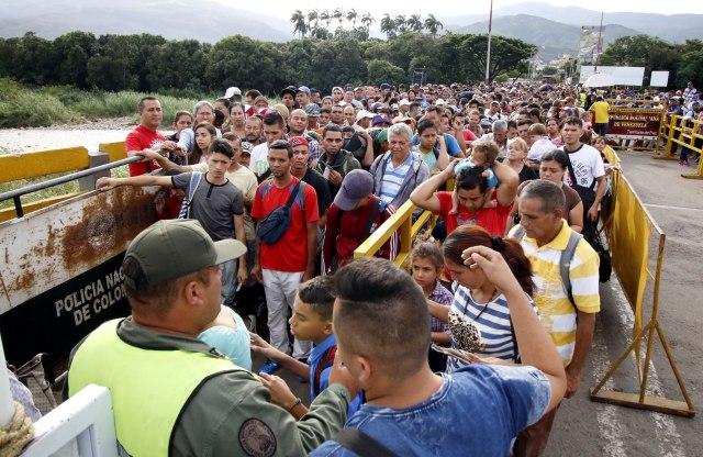 ACOMPAÑA CRÓNICA: VENEZUELA CRISIS - CUC100. CÚCUTA (COLOMBIA), 17/05/2018.- Ciudadanos venezolanos cruzan el puente internacional Simón Bolívar, desde Venezuela hacía Colombia, hoy, jueves 17 de Mayo de 2018, en Cúcuta (Colombia). A tres días de las elecciones presidenciales en Venezuela una multitud de ciudadanos de ese país cruza por Cúcuta hacia Colombia, muchos de ellos con sus enseres a cuestas, en busca de víveres antes del cierre fronterizo programado para este viernes. Los cruces fronterizos del departamento colombiano de Norte de Santander, principal conexión con Venezuela, son testigos de la odisea de las cerca de 50.000 personas que entran y salen de ese país a diario por estas fechas, unos 15.000 más de lo habitual. EFE/SCHNEYDER MENDOZA