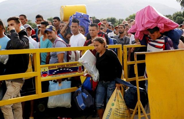 ACOMPAÑA CRÓNICA: VENEZUELA CRISIS - CUC108. CÚCUTA (COLOMBIA), 17/05/2018.- Ciudadanos venezolanos cruzan el puente internacional Simón Bolívar, desde Venezuela hacía Colombia, hoy, jueves 17 de Mayo de 2018, en Cúcuta (Colombia). A tres días de las elecciones presidenciales en Venezuela una multitud de ciudadanos de ese país cruza por Cúcuta hacia Colombia, muchos de ellos con sus enseres a cuestas, en busca de víveres antes del cierre fronterizo programado para este viernes. Los cruces fronterizos del departamento colombiano de Norte de Santander, principal conexión con Venezuela, son testigos de la odisea de las cerca de 50.000 personas que entran y salen de ese país a diario por estas fechas, unos 15.000 más de lo habitual. EFE/SCHNEYDER MENDOZA