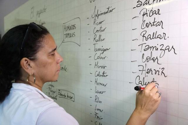 """ACOMPAÑA CRÓNICA: BRASIL VENEZUELA. BRA03. RÍO DE JANEIRO (BRASIL), 18/05/2018.- Fotografía fechada el 16 de mayo de 2018 que muestra a Norma Carrillo mientras enseña español a moradores de la Maré, el complejo de favelas más grande de Río de Janeiro (Brasil). La crisis de Venezuela obligó a Norma Carrillo a abandonar su país para """"empezar de nuevo y rehacer su historia"""" en Brasil donde, mientras busca un empleo que le ayude a establecerse, enseña español a moradores de la Maré, el complejo de favelas más grande de Río de Janeiro. EFE/Marcelo Sayão"""