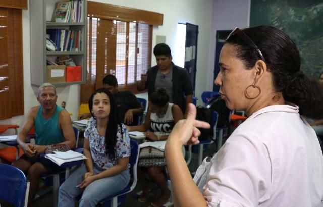 """ACOMPAÑA CRÓNICA: BRASIL VENEZUELA. BRA06. RÍO DE JANEIRO (BRASIL), 18/05/2018.- Fotografía fechada el 16 de mayo de 2018 que muestra a Norma Carrillo mientras enseña español a moradores de la Maré, el complejo de favelas más grande de Río de Janeiro (Brasil). La crisis de Venezuela obligó a Norma Carrillo a abandonar su país para """"empezar de nuevo y rehacer su historia"""" en Brasil donde, mientras busca un empleo que le ayude a establecerse, enseña español a moradores de la Maré, el complejo de favelas más grande de Río de Janeiro. EFE/Marcelo Sayão"""