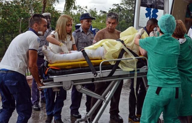 HAB01. LA HABANA (CUBA), 18/05/2018.- Una sobreviviente del avión Boeing-737 que se estrelló poco después de despegar del aeropuerto José Martí de La Habana (Cuba), es transportada hoy, viernes 18 de mayo de 2018, en el hospital Calixto García de La Habana (Cuba). Tres personas sobrevivieron al accidente aéreo ocurrido hoy al estrellarse un Boeing 737 de Cubana de Aviación que acababa de despegar del aeropuerto internacional de La Habana con destino a la provincia de Holguín (este de la isla), informaron hoy medios oficiales. Los heridos se encuentran en estado crítico y han sido hospitalizados, según el diario estatal Granma. EFE/Marcelino Vázquez