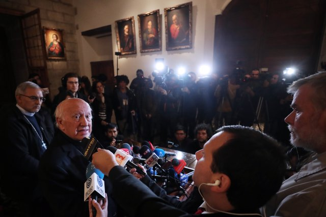 """CH20. SANTIAGO (CHILE), 18/05/2018.- El cardenal Ricardo Ezzati (2-i) habla durante una rueda de prensa hoy, viernes 18 de mayo de 2018, en Santiago (Chile). Ezzati dijo hoy que tanto él como los obispos del país recibieron como """"una novedad"""" los hechos denunciados en una carta por el papa Francisco sobre encubrimientos, negligencias y destrucción de documentos relativos a casos de abuso sexual. EFE/Mario Ruiz"""