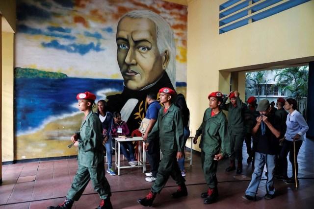 GRAF1317. CARACAS (VENEZUELA), 20/05/2018.- Militares y civiles ejercen su derecho al voto en las elecciones presidenciales hoy en Caracas (Venezuela). Los centros de votación en Venezuela comenzaron a abrir a las 10.00 GMT, como estaba previsto, para las presidenciales en las que el actual jefe del Estado, Nicolás Maduro, busca la reelección y el grueso de la oposición no participa por considerarlas fraudulentas al igual que numerosos gobiernos. EFE/Miguel Gutiérrez