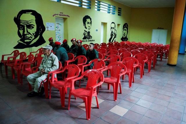 GRAF1328. CARACAS (VENEZUELA), 20/05/2018.- Militares y civiles ejercen su derecho al voto en las elecciones presidenciales hoy en Caracas (Venezuela). Los centros de votación en Venezuela comenzaron a abrir a las 10.00 GMT, como estaba previsto, para las presidenciales en las que el actual jefe del Estado, Nicolás Maduro, busca la reelección y el grueso de la oposición no participa por considerarlas fraudulentas al igual que numerosos gobiernos. EFE/Miguel Gutiérrez