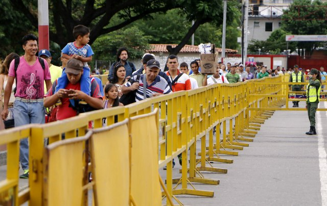 Ciudadanos venezolanos ingresan a Colombia por el puente internacional Simón Bolívar hoy, lunes 21 de Mayo de 2018, en Cúcuta (Colombia). La frontera de Colombia con Venezuela reabrió hoy con normalidad después del cierre del fin de semana ordenado por el Gobierno del país vecino por las elecciones presidenciales el domingo. EFE/SCHNEYDER MENDOZA