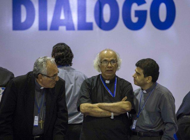 """NI1012. MANAGUA (NICARAGUA), 21/05/2018.- El cardenal Leopoldo Brenes (c), habla con el obispo de la ciudad de León, Bosco Vivas (i), y el de la ciudad de Matagalpa, Rolando Álvarez (d), durante el final de la tercera sesión de la mesa de diálogo nacional hoy, lunes 21 de mayo de 2018, en Managua(Nicaragua). La mesa de diálogo acordó implementar las recomendaciones de la Comisión Interamericana de Derechos Humanos (CIDH), que emitió un informe preliminar demoledor contra el Estado de Nicaragua en el que denunció """"graves violaciones de derechos humanos"""" y """"al menos 76 personas muertas"""". EFE/Jorge Torres"""