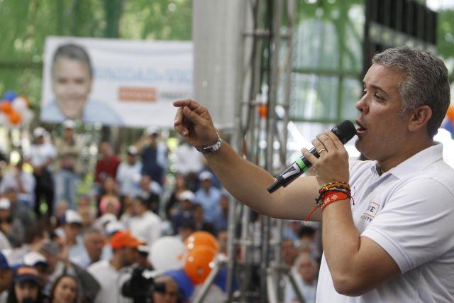 MED75. MEDELLÍN (COLOMBIA), 22/05/2018.- El candidato uribista a la Presidencia de Colombia, Iván Duque, participa en un acto de campaña el martes 22 de mayo de 2018, en Medellín (Colombia). EFE/LUIS EDUARDO NORIEGA A.