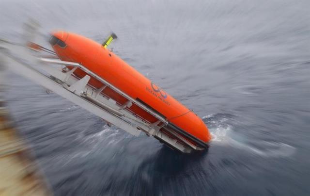 Fotografía de archivo del 13 de agosto de 2017 y facilitada hoy, 23 de mayo de 2018, que muestra un vehículo autónomo submarino (AUV) mientras es lanzado al mar en una localización desconocida. EFE